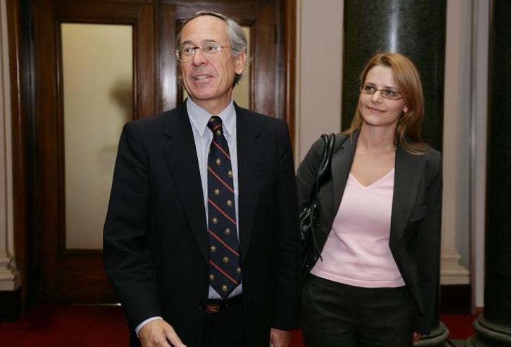 На снимкита: Хосе Пинера и Светла Костадинова, която е изпълнителен директор на Института за пазарна икономика. Тази дама не се свени да бъде в компанията на човек, който е извършил един от най-големите грабежи в историята на финансите и е довел страната си до колапс.