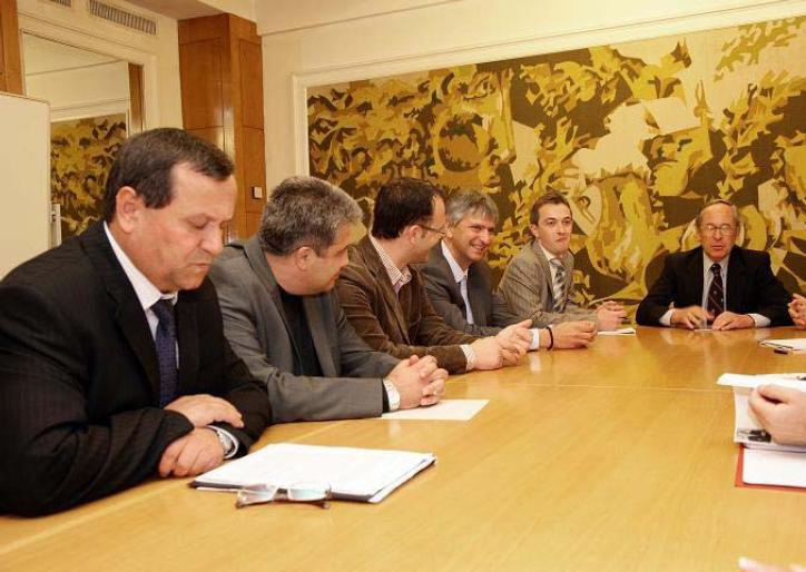 Според доклада на ИПИ на тази снимка освен Хосе Пинера (в дясно) са още депутатите Хасан Адемов (ДПС) Димитър Йорданов (ОДС), Стоян Мавродиев (ГЕРБ), Лъчезар Иванов (ГЕРБ). В ИПИ обаче май не могат да броят.