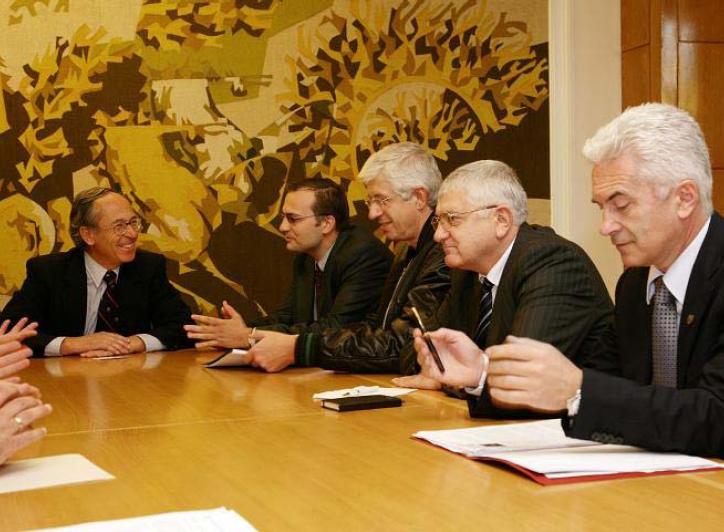 От другата страна на масата според доклада на ИПИ  отдясно на Хосе Пинера (в ляво) са още депутатите Мартин Димитров (ОДС), Румен Овчаров (КБ), Петър Кънев (КБ), Волен Сидеров (АТАКА), Милен Велчев (НДСВ). На мен лично Милен Велчев ми липсва. Да, в ИПИ обаче не могат да броят. Във всеки случай представени са всички партии.