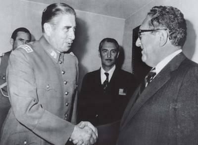 Кисинджър и Пиночет по време на визита на Кисиндър в Чили на 08.06.1976г. по време на Общото събрание на ОАД в Сантяго. Кисинджър се счита за основен подстрекател на преврата, извършен в Чили през 1973 г. от генерал Аугусто Пиночет. В конкретния период решенията на САЩ до голяма степен се определят от Хенри Кисинджър, който тогава е помощник за националната сигурност на президента. Кисинджър е държавен секретар по времето на Ричард Никсън (1969-1974 г.) и Джералд Форд (1974-1977 г.).