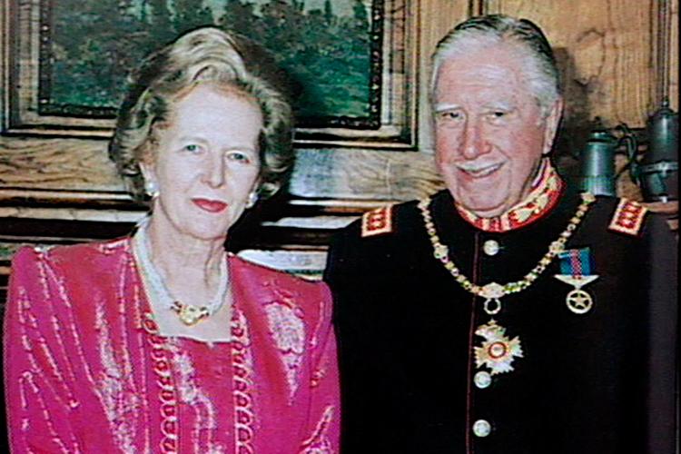 За никого не е тайна, че Маргарет Тачър и Агусто Пиночет са били добри приятели. Неслучайно след като Пиночет вече не е на власт той получава убежище във Великобритания след като напуска Чили през 1990г.