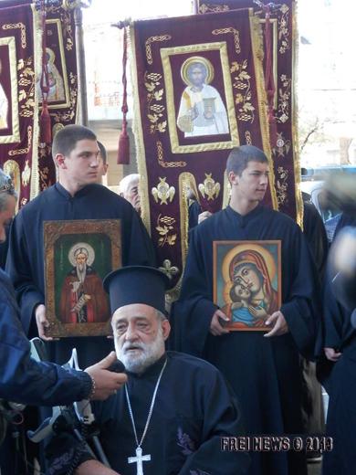 Българската православна Църква открито застана зад протестиращите и не само, че ги подкрепи, но и поведе шествието, следващо хорото.