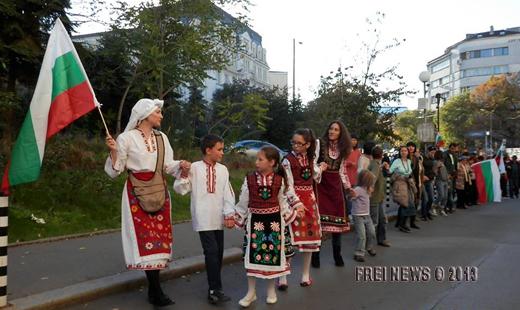 Майка с три деца поведе шествието-хоро срещу
