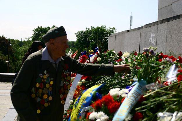 Офицер от Българската армия, ветеран от Втората световна война полага цветя на ПСА в памет на загиналите си другари, загинали воювайки в състава на Трети украински фронт. Снимка: Мика Сийминеен