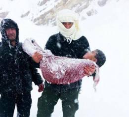 Сирийски баща носи тялото на момчето си починало в студа в бежански лагер Ливан
