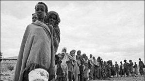 Африкански жени се редят на опашка, за да налеят вода от единствения водоизточник в района.