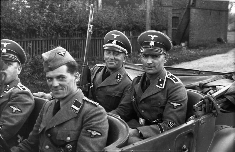 """Зад волана е дядото на сегашния президент на Европейския съвет Доналд Туск, Йозеф Туск на """"лов за евреи"""" 1944 г. Източник на снимката Bundesarchiv Bild 10I 380 0069-37,Polen, Verhaftung von Juden, SD-Männer"""