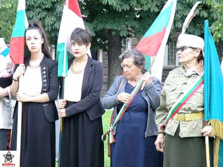 От дясно наляво г-жа Елена от Димитрова, правнучката на Ильо войвода Надежда Ковачева и знаменосците Славена и Стефана Кръчмарови от Балчик